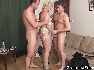 Two men bang sexy ash-blonde grandma