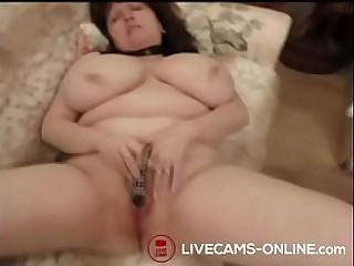 Geile Oma mit dicken Titten macht es sich selbst