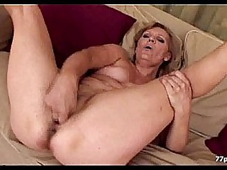 Horny granny masturbate sofà