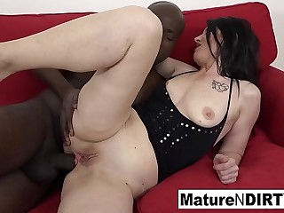 Mature takes a BBC up her ass until it'_s filled with cum!