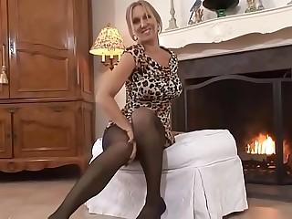 Zierliche Oma mit gro&szlig_en Titten masturbiert und spielt mit ihrem Dildo